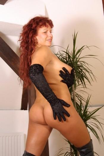 Femme rousse pulpeuse poilue